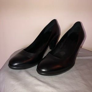 100% black leather pumps with flexible sole